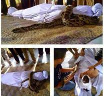 Dans la province d'Aceh en Indonésie, un défunt a été  pris en otage par un serpent géant.