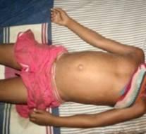 17 vieux viσlent une fillette de 11 ans, une vidéo répugnante