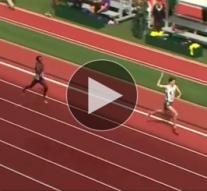 Un athlète célèbre trop vite sa victoire avant de se faire doubler sur la ligne d'arrivée