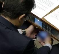 Un député filmé en train de regarder une vidéo obscène en plein débat parlementaire
