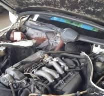 Deux migrants guinéens  dissimulés dans le tableau de bord et le creux du siège arrière d'une voiture