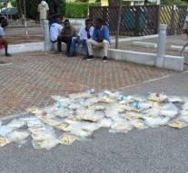 Italie : Les migrants protestent et jettent leurs nourritures dans la rue