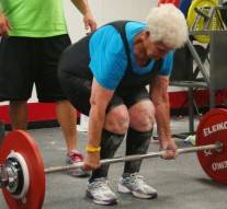 A 78 ans, cette grand-mère peut soulever plus de 100 kilos