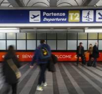 Déçus, les supporters parisiens agressent leurs propres joueurs à l'aéroport parisien du Bourget