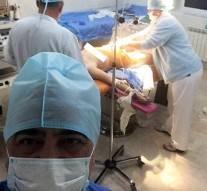 Un docteur abandonne sa patiente pour prendre un selfie