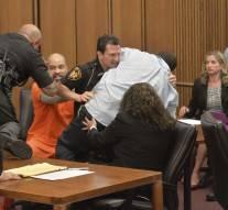 Vidéo : Il voulait tuer l'assassin de sa fille en plein tribunal