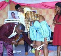 Lors de la messe, le pasteur demande à une femme d'enlever son slip