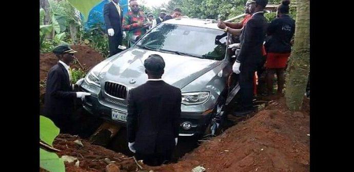 Un homme enterre son père avec une BMW  neuve au Nigeria