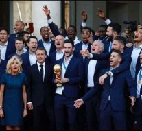 Les noirs placés derrière au moment d'immortaliser la victoire des bleus aux Champs Élysées?