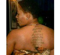 Dans le but de se protéger contre l'enfer, une femme de joie s'est fait tatouer l'Ayat Al Kursi