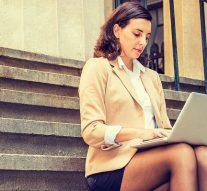 Selon une étude, les femmes en jupes courtes au travail ont plus de chances d'être promues