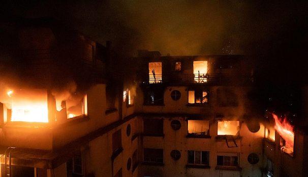 Une femme est arrêtée après la mort de neuf personnes, dont un bébé, dans un immeuble en feu de huit étages à Paris