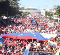 Des centaines de milliers de manifestants sont descendus dans les rues de la capitale vénézuélienne, Caracas, pour soutenir le président Nicolás Maduro