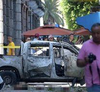 Un policier décédé et plusieurs blessés près de l'ambassade de France en Tunisie alors que deux kamikazes se font exploser au cours d'attaques distinctes