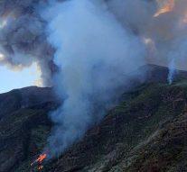 Les touristes fuient leurs hôtels alors que le volcan fait irruption sur l'île de vacances italienne de Stromboli