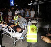 Un attentat-suicide à la bombe tue 63 personnes et en blesse 182 lors d'une attaque sanglante lors d'une grande fête de mariage à Kaboul