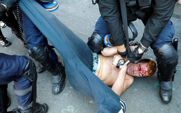 Des manifestants se sont heurtés à une brutalité policière lors d'une manifestation pacifique pour la protection de l'environnement lors du G7