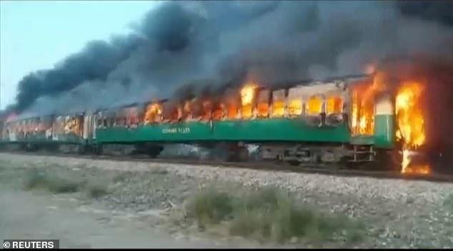 Un train prend feu en plein circulation au Pakistan: au mois 70 morts et plusieurs bléssés