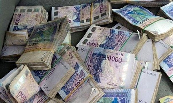 La France signe un acte mettant fin au Franc CFA
