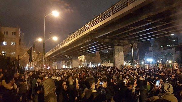 Des manifestants iraniens à Téhéran se retournent contre le régime et demandent la démission de l'ayatollah après que l'armée du pays a reconnu avoir abattu un avion de passagers plein de ses propres citoyens