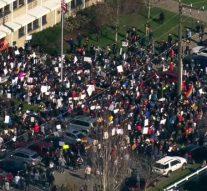 Des enfants organisent une manifestation après que des enseignants ont été forcés de démissionner parce qu'ils étaient gays