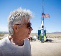 Il fabrique une fusée pour partir dans l'espace afin de prouver que la terre est plate. Il meurt dans l'explosion de sa fusée