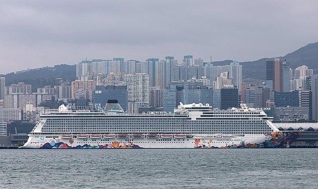 Plus de 30 membres d'équipage à bord d'un navire de croisière mis en quarantaine à Hong Kong montrent des signes de coronavirus, alors que les 3 600 à bord sont testés pour le virus