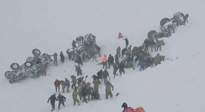 Deux avalanches font des dizaines de morts après qu'un bus soit écrasé par le premier et que le second s'abat sur les sauveteurs déterrant des survivants