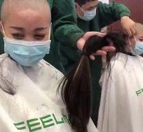 Vidéo: les femmes médecins chinoises sont obligées de «se raser la tête pour montrer leur détermination à combattre le coronavirus avant d'être envoyées à l'épicentre de Wuhan