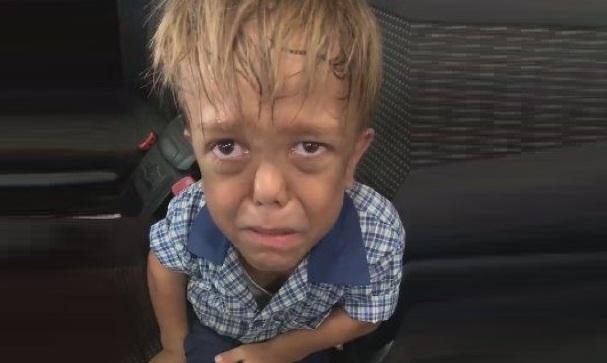 Vidéo: Un écolier victime d'intimidation à cause de son nanisme supplie sa mère de l'aider à se suicider