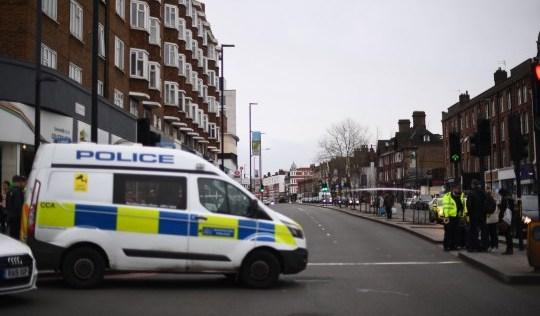 Un homme abattu par la police alors que deux personnes sont poignardées lors d'une attaque terroriste