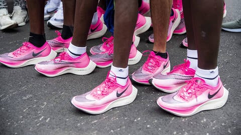 Les coronavirus peuvent survivre sur des chaussures jusqu'à cinq jours, préviennent les spécialistes des maladies