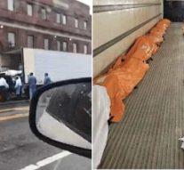 Des corps chargés par chariot élévateur dans un camion alors que le nombre de décès dus à un coronavirus approche les 1000 à New York