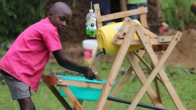 Un garçon kényan de 9 ans récompensé pour l'invention d'une station de lavage des mains