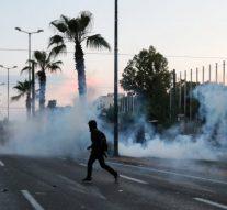 Des manifestants grecs lancent des bombes incendiaires contre l'ambassade américaine à Athènes